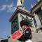 Il momento commemorativo celebrato davanti al monumento all\'Alfiere Sardo