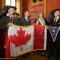 Benito Pochesci, Giovanni Maria Ferraris, Maria Cristina Spinosa posano con un bersagliere canadese