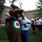Gli arcieri scherzano con la mascotte M'arco (un cervo con il tricolore sulla pancia che richiama la statua sulla cima della Palazzina di Caccia di Stupinigi)