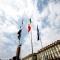 Le bandiere sventolano in piazza Castello