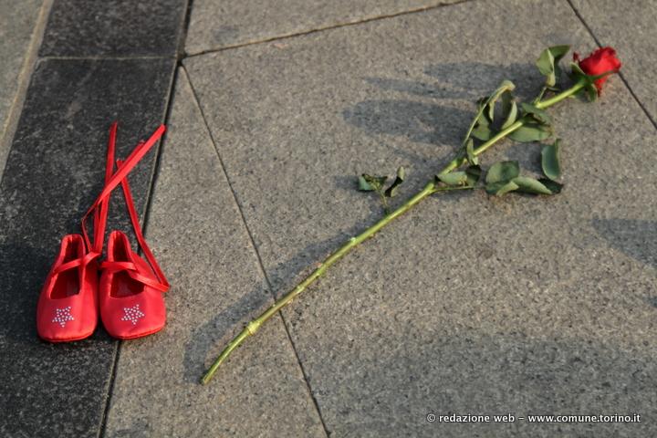 zapatos rojos scarpe rosse contro la violenza sulle donne spaziotorino
