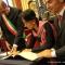 Aung San Suu Kyi firma del Libro d'Oro dei cittadini onorari torinesi