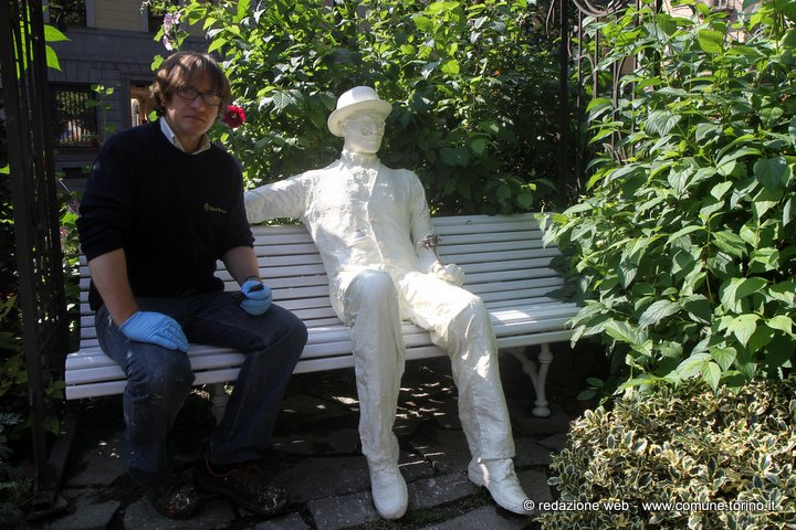 Panchina Con Lampioni Seduti : Uomo è seduto in panchina wide shot man torna uomo è lettura