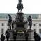 La corona della Città di Torino sotto al monumento di Carlo Alberto di Savoia