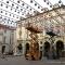Allestimento del Tappeto volante di Daniel Buren in piazza Palazzo di Città