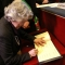 Antonia Arslan firma il libro d'oro della Città di Torino