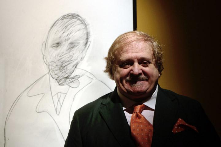 Cristiano Lovatelli Ravarino posa accanto al suo ritratto