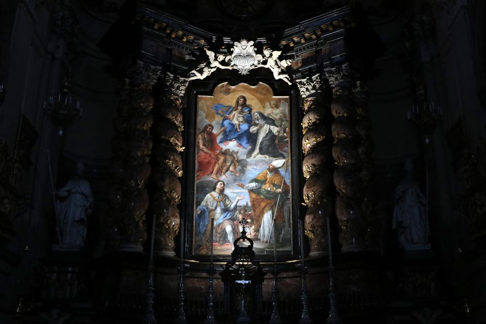 Torna al suo splendore la pala dell'altare maggiore di San Filippo Neri