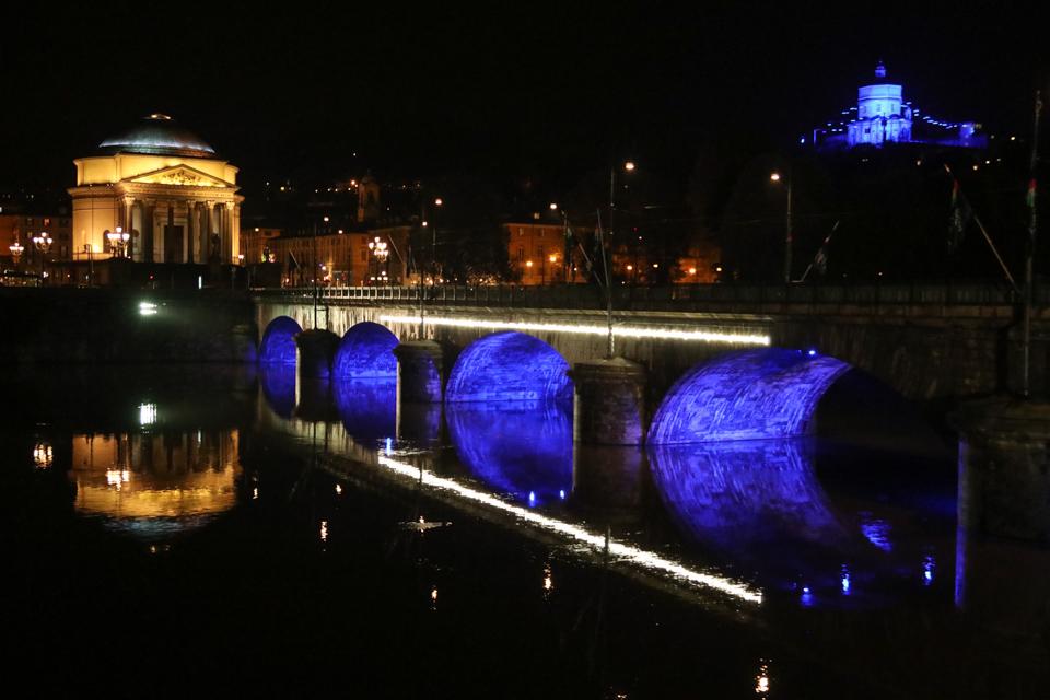 Diritti dell'Infanzia, per il trentennale 4 ponti di Torino illuminati di blu
