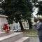Il Console Generale dell'India di Milano, Dottor George Binoy. prega davanti al busto del Mahatma Gandhi
