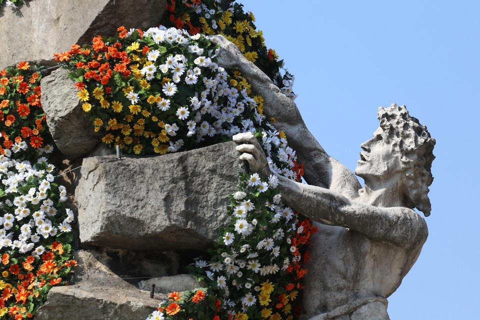 Piazza Statuto: un mantello di margherite per i 150 anni del traforo del Frejus